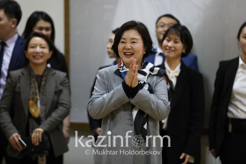 韩国第一夫人访问纳扎尔巴耶夫大学