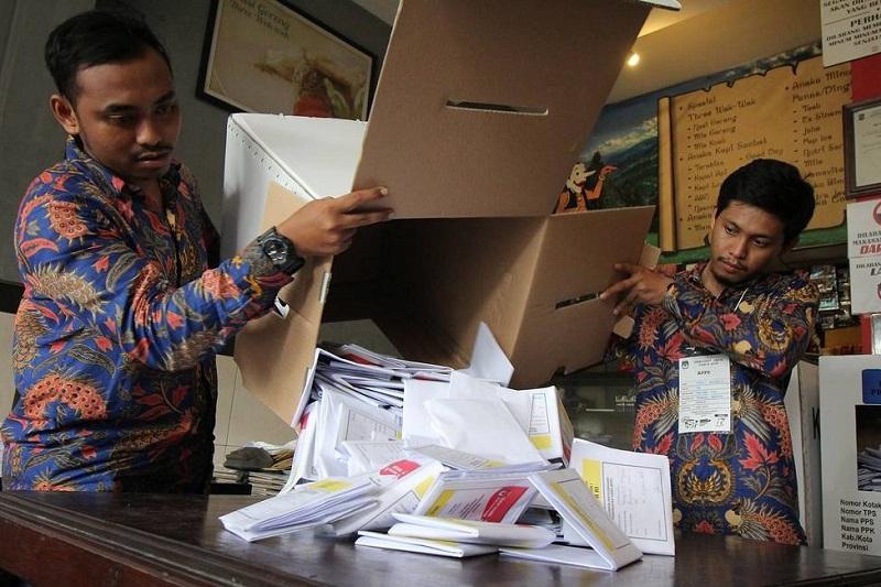Индонезияда дауыс санаудан зорыққан сайлау комиссиясының 91 мүшесі жан тапсырды