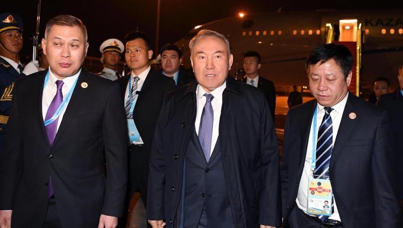 首任总统-民族领袖纳扎尔巴耶夫抵达北京