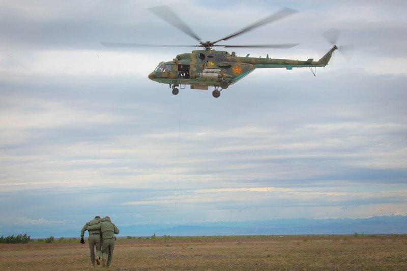Военные летчики спасали условно катапультировавшийся экипаж самолета