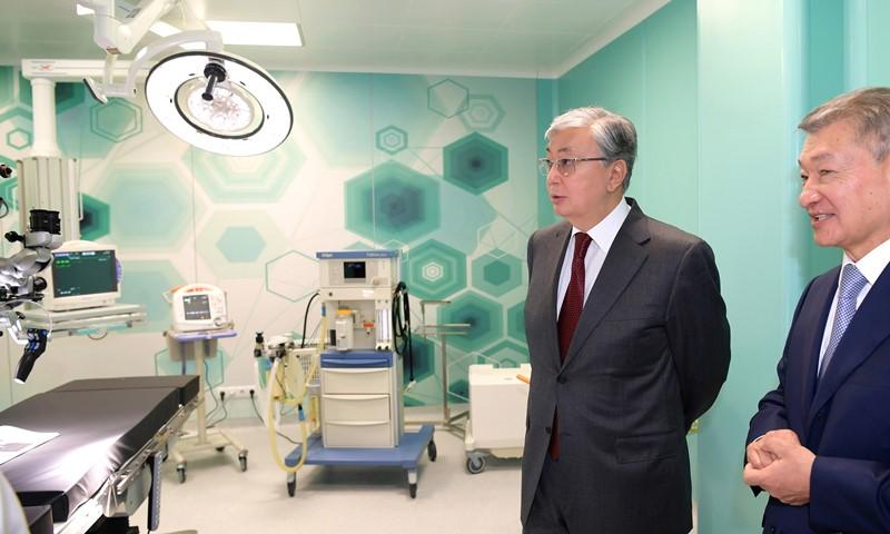 托卡耶夫总统视察塞梅市急救中心
