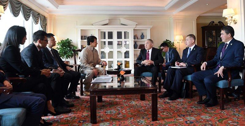 首任总统纳扎尔巴耶夫与中国著名演员成龙会面