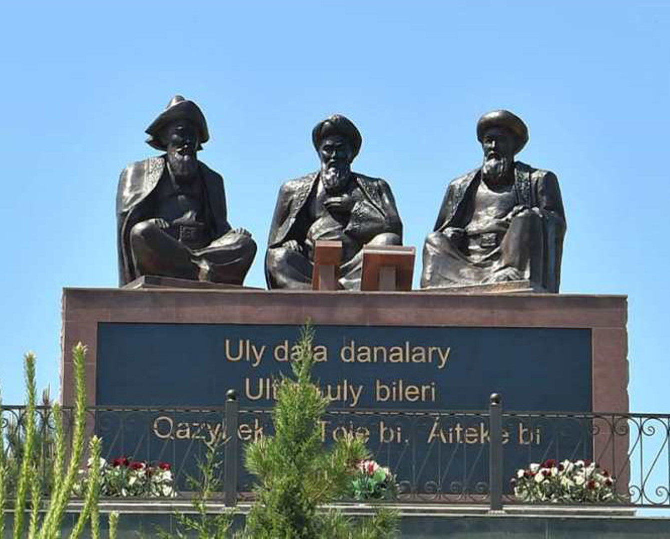 Памятник трем казахским биям установили в Туркестанской области
