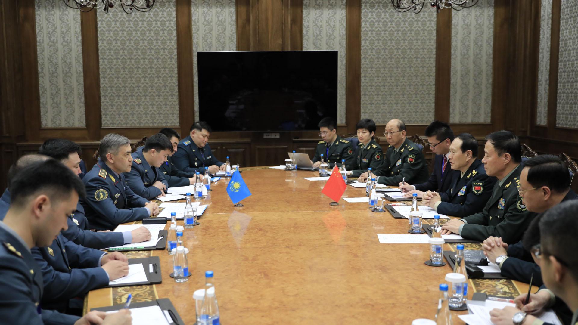 国防部长叶尔梅克巴耶夫会见中国防长魏凤和
