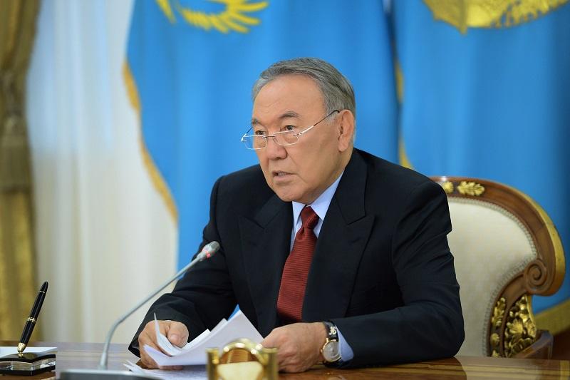 首任总统接见总检察长努尔达吾列托夫