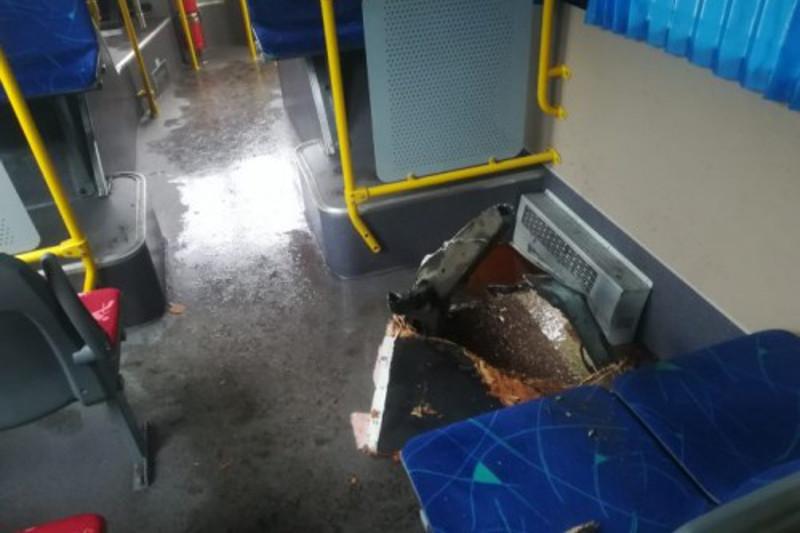 В Алматы люк пробил днище автобуса: госпитализирована женщина