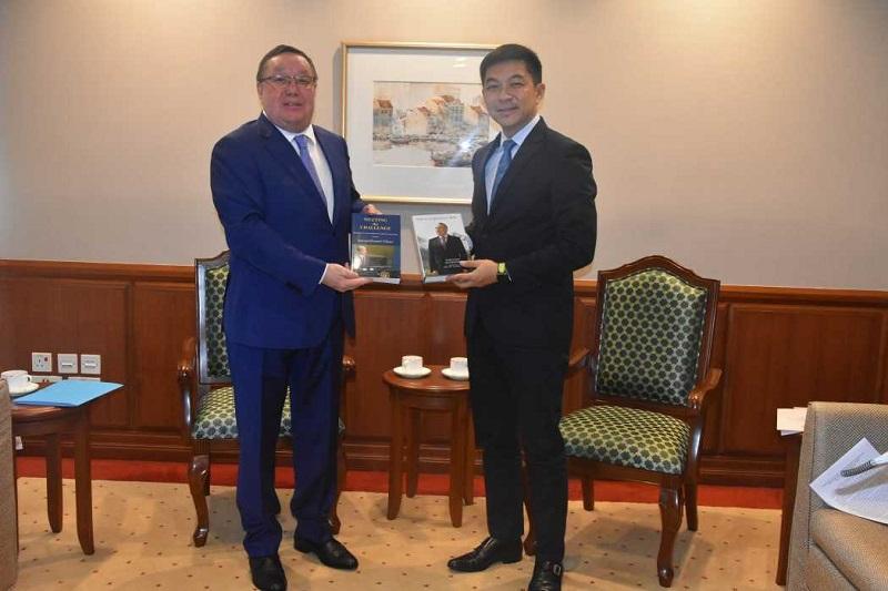 哈萨克斯坦大使会见新加坡国会议长