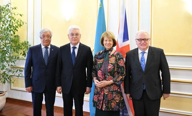 外交部长会见英国首相贸易特使