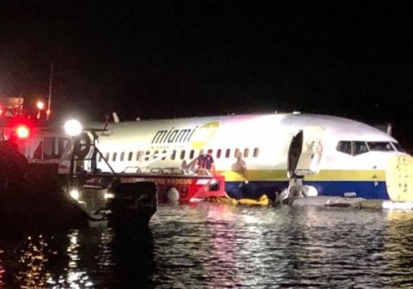 美国一家波音737客机降落后冲出跑道滑入河中