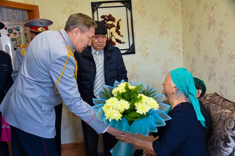 Ветеранов и защитников Отечества поздравил с праздниками ДП Карагандинской области