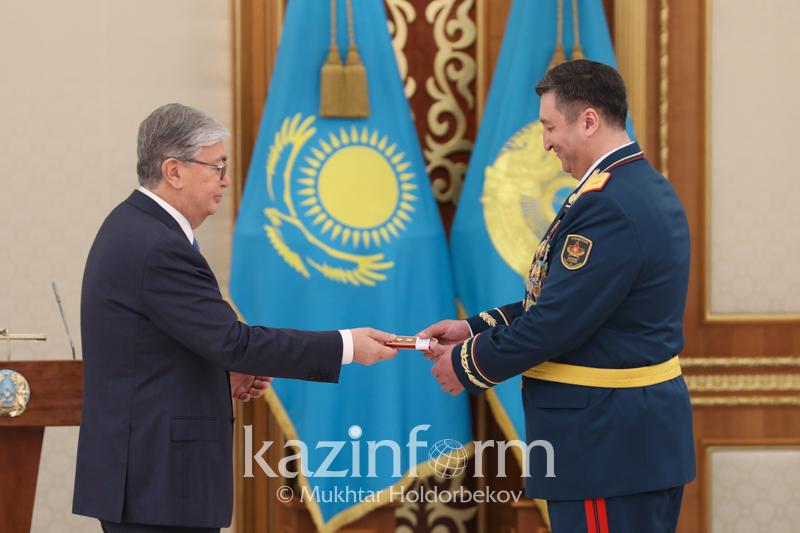 祖国保卫者日:托卡耶夫总统向多个官兵授予奖章