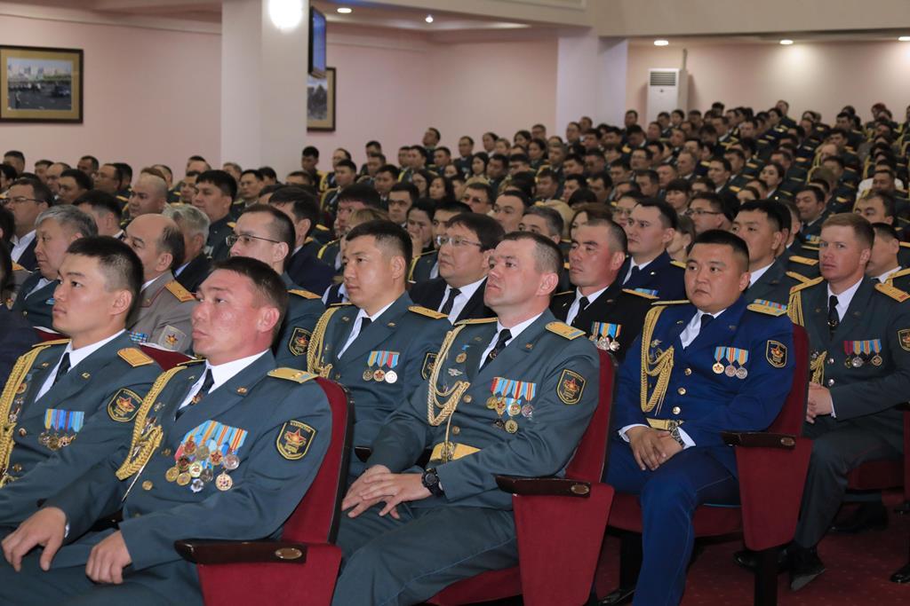国防部长向全体武装力量工作人员致以节日问候