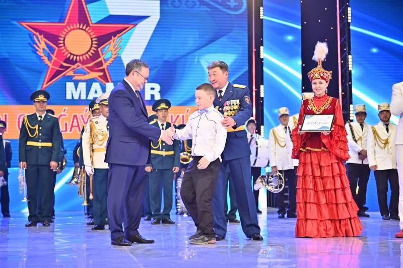 Актюбинские военные оказали материальную помощь детям, оставшимся без попечения родителей