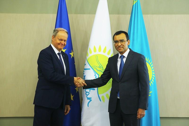 祖国之光党第一副主席会见欧盟驻哈代表处大使卡尔勒森