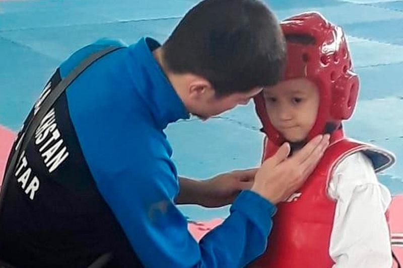 哈萨克斯坦跆拳道小选手模仿UFC巨星麦格雷戈走红网络