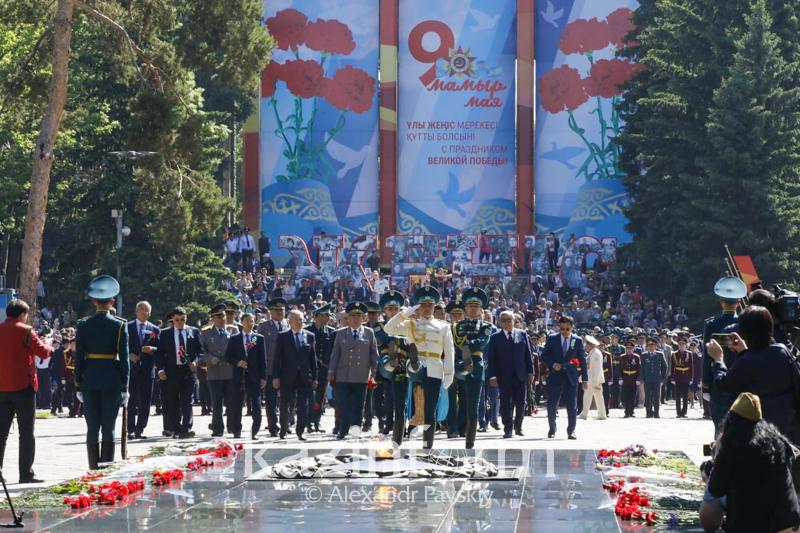 Цветы возложили к Мемориалу славы и Вечному огню в Алматы