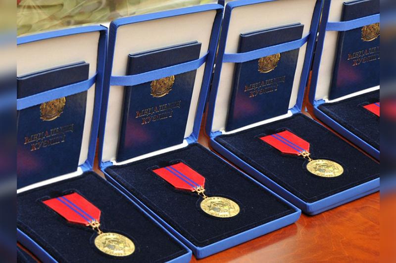 纳扎尔巴耶夫向米-8直升机事故遇难官兵授予奖章