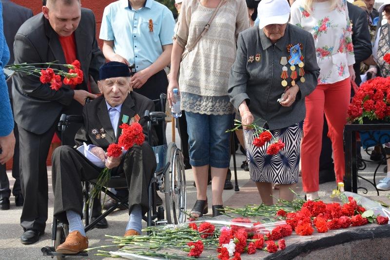 102-летний ветеран возложил цветы к Вечному огню в Петропавловске