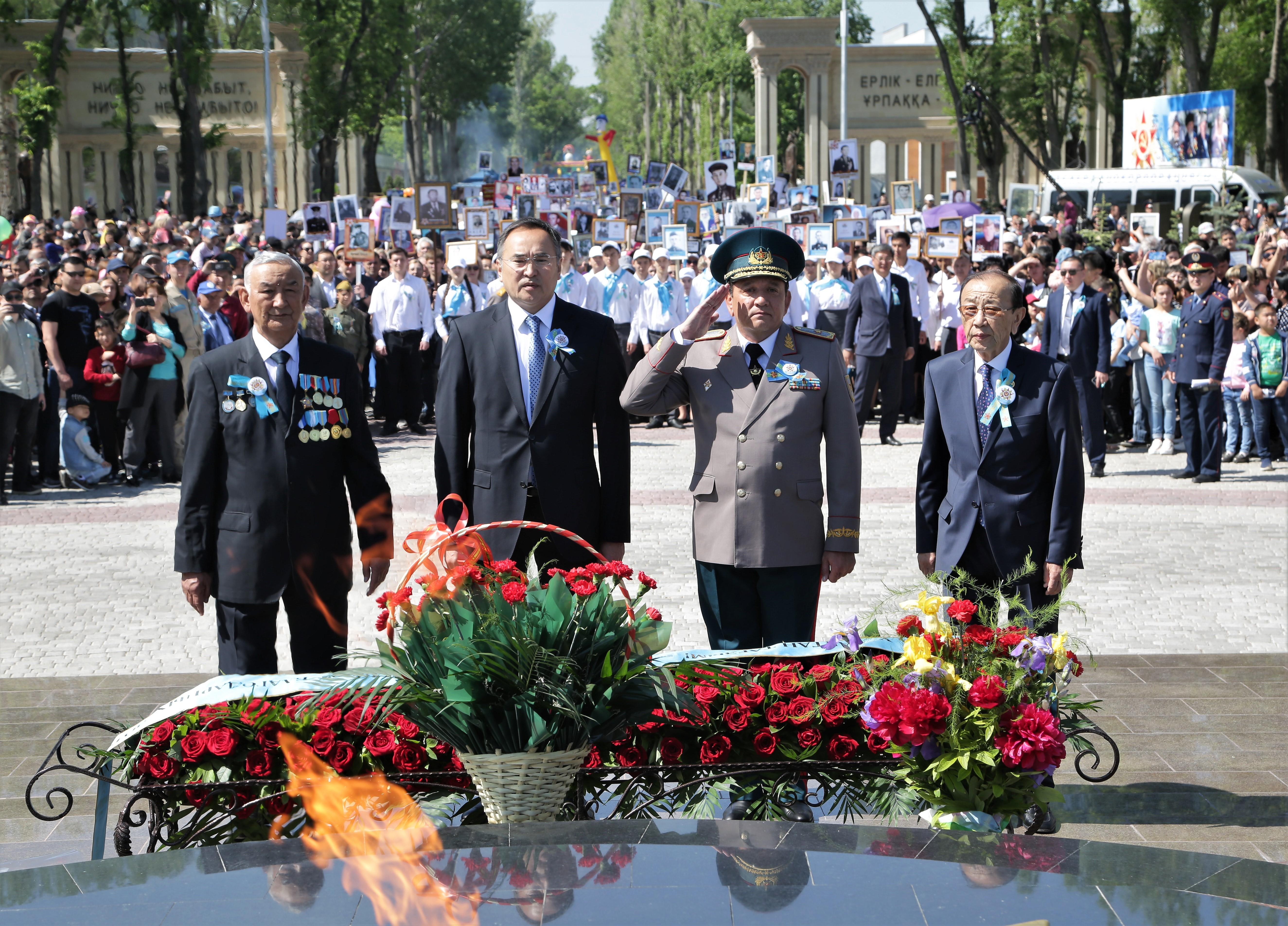 В День Победы в Таразе возложили цветы к памятникам героям