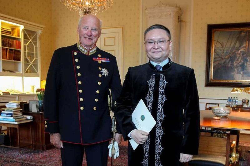哈萨克斯坦大使向挪威国王递交国书
