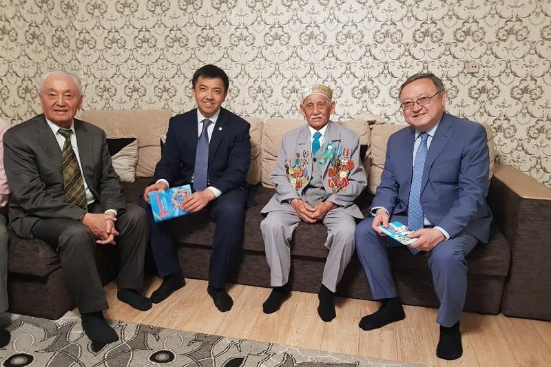 Аким Актюбинской области поздравил ветеранов на дому