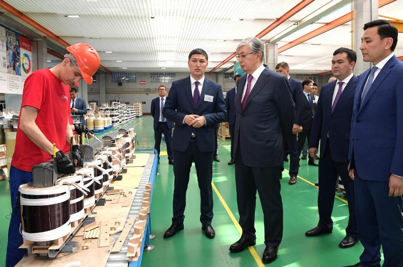 托卡耶夫总统视察乌拉尔变压器厂