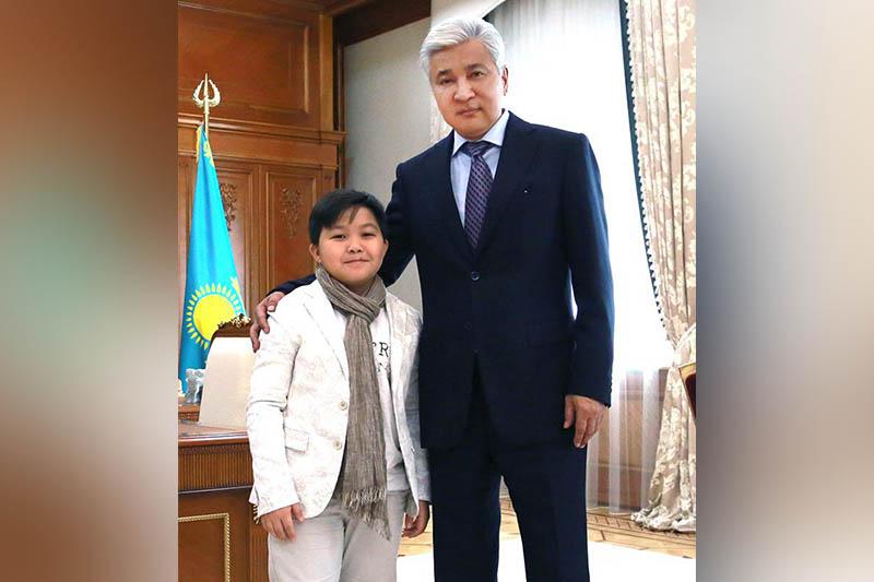 Имангали Тасмагамбетов встретился с юным казахстанским певцом Ержаном Максимом