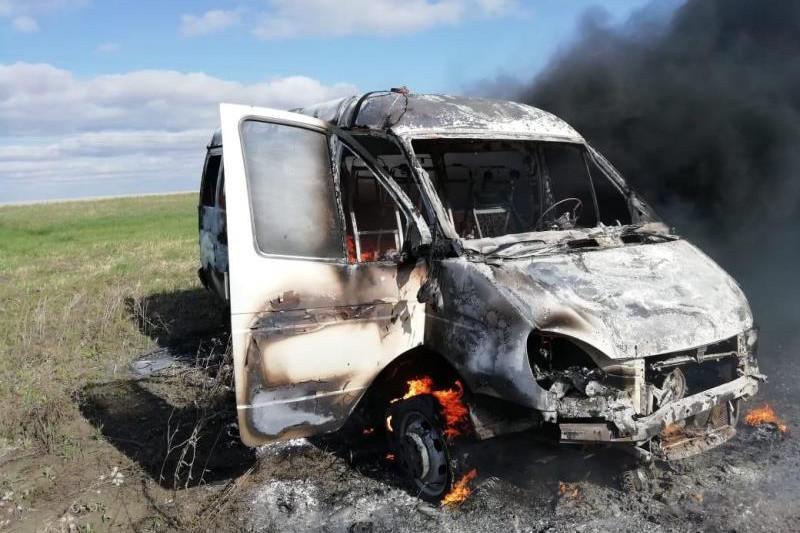 Детей из горящего микроавтобуса спасли полицейские в СКО