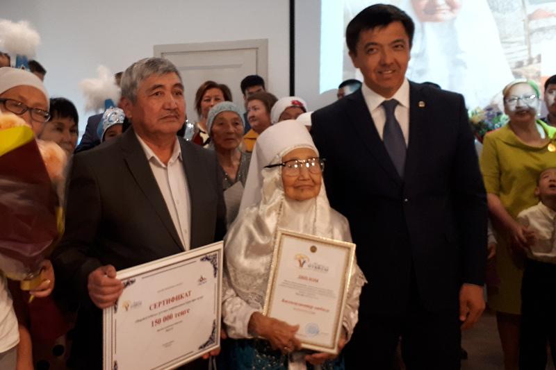 «Мерейлі отбасы»: 104 жастағы қарияның отбасы бас жүлдені жеңіп алды