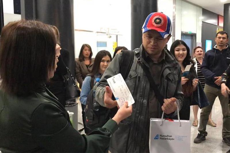 25-тысячного пассажира рейса Нур-Султан - Будапешт поздравили в столичном аэропорту