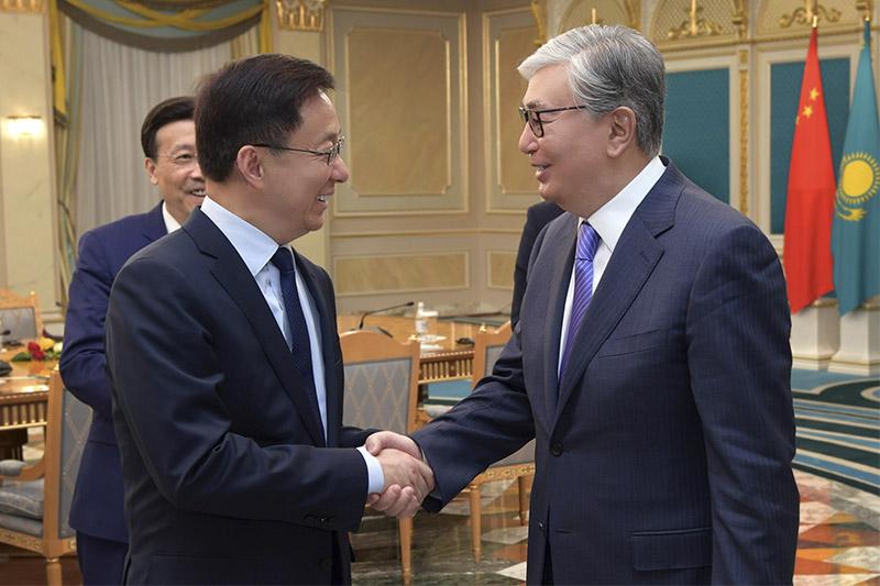 托卡耶夫总统会见中国副总理韩正