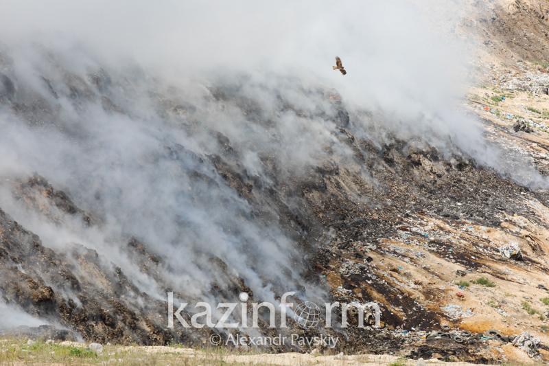 В КЧС рассказали подробности тушения пожара на мусорном полигоне близ Алматы