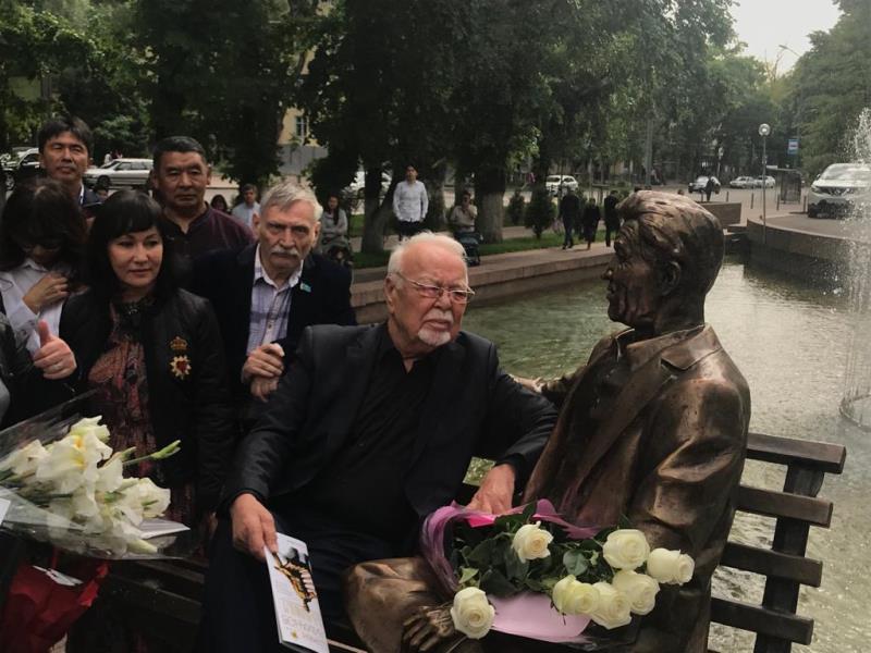 Скульптуру Шакена Айманова открыли в Алматы