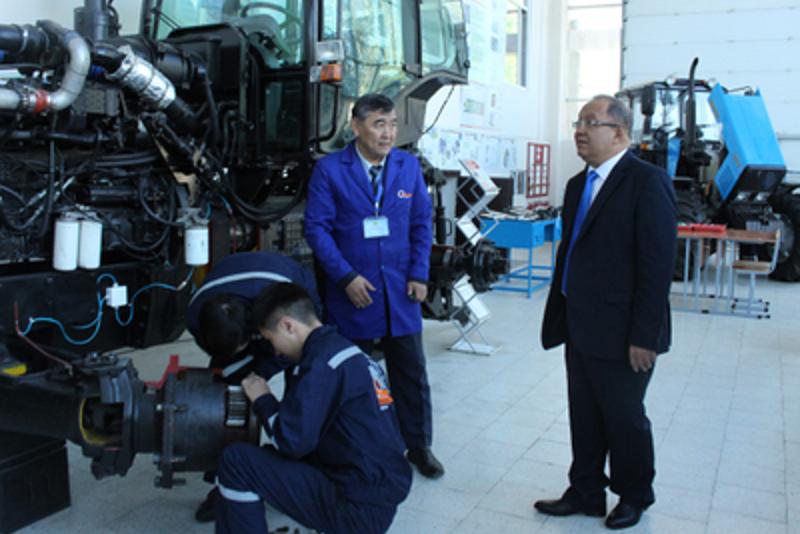 Кандидат в Президенты Толеутай Рахимбеков посетил КазАТУ
