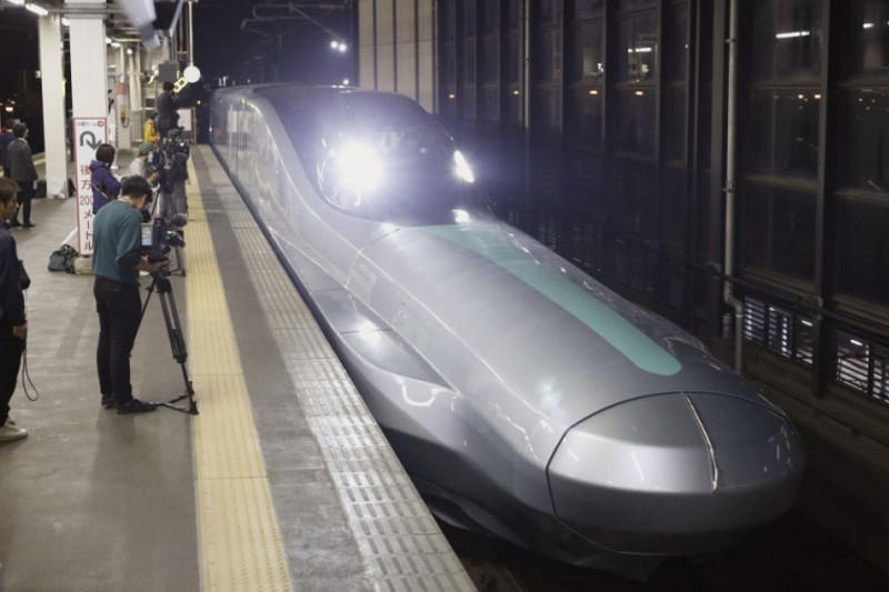 New Shinkansen test train travels at 320 kph in northeastern Japan