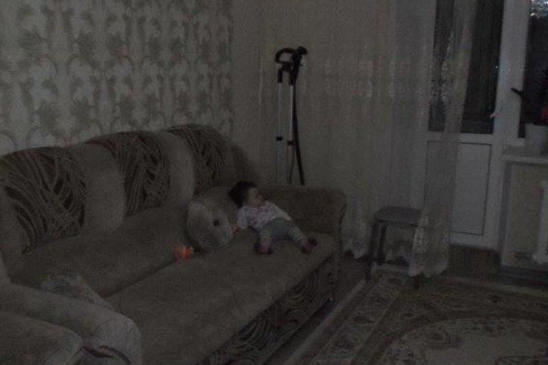 В Семее малыш заперся ночью в квартире, оставив родителей снаружи