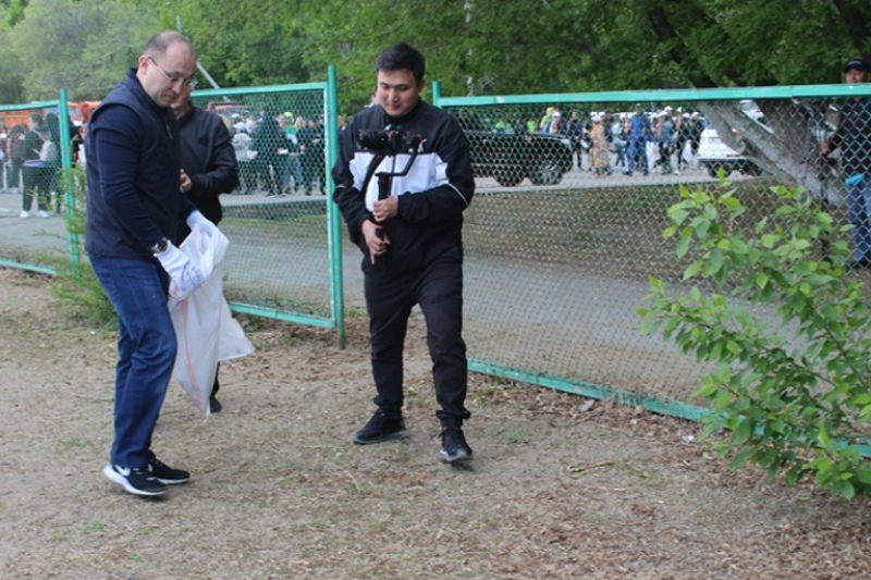 Даурен Абаев принял участие в очистке реки Тобол в Костанае