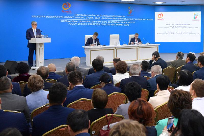 Глава государства выступил на форуме медицинских работников