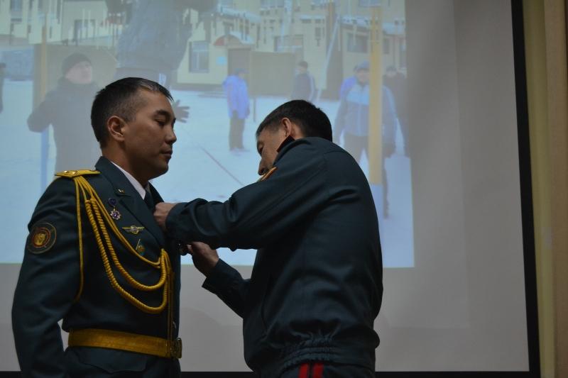 Гвардейца наградили медалью за спасение женщины из горящего дома в Караганде