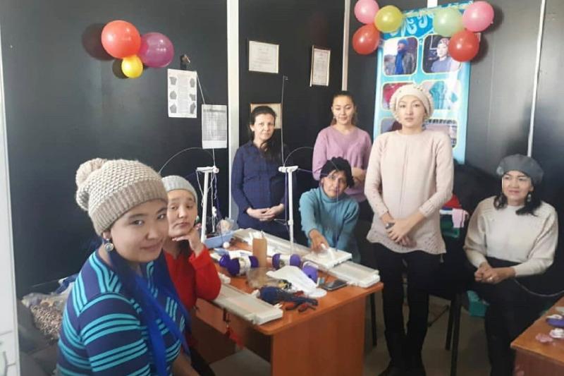 Одинокая мама из Кызылординской области открыла вязальную мастерскую