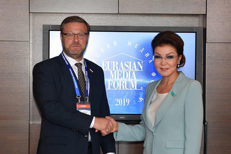 纳扎尔巴耶娃会见俄参议员科萨切夫