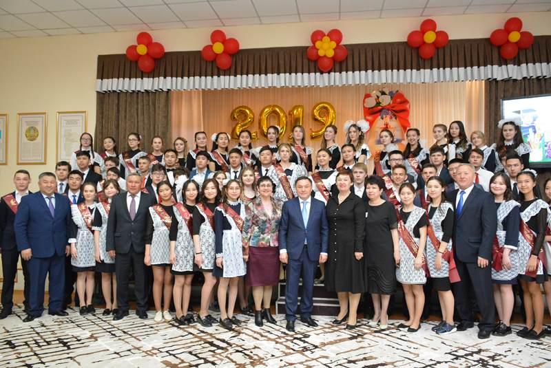 Аким Акмолинской области напутствовал выпускников школ