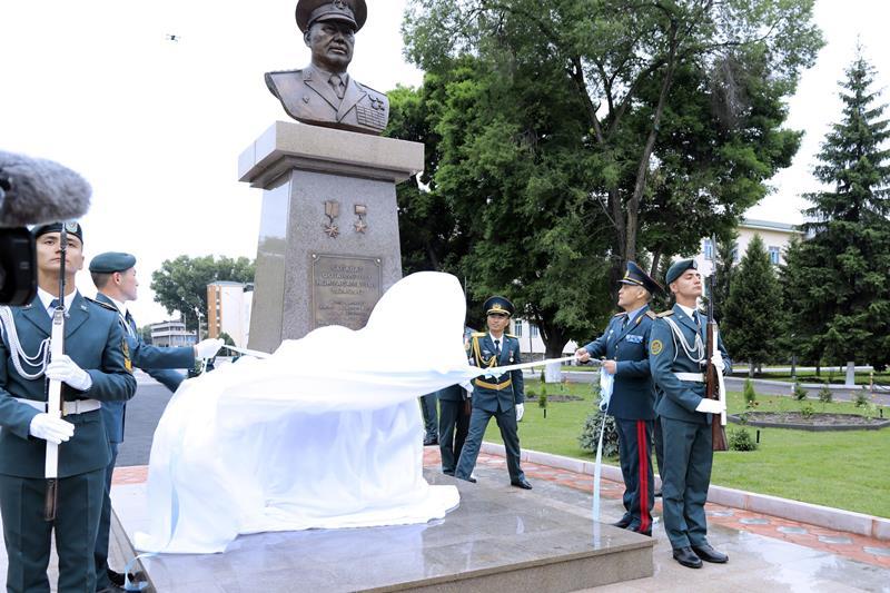 Памятник Сагадату Нурмагамбетову открыли в Военном институте Сухопутных войск