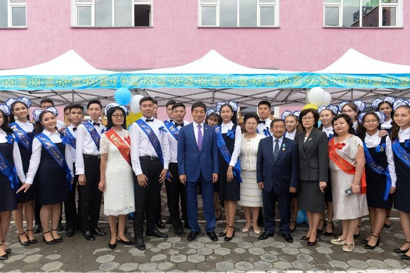 Последний звонок прозвенел для 8 тысяч выпускников в Алматы