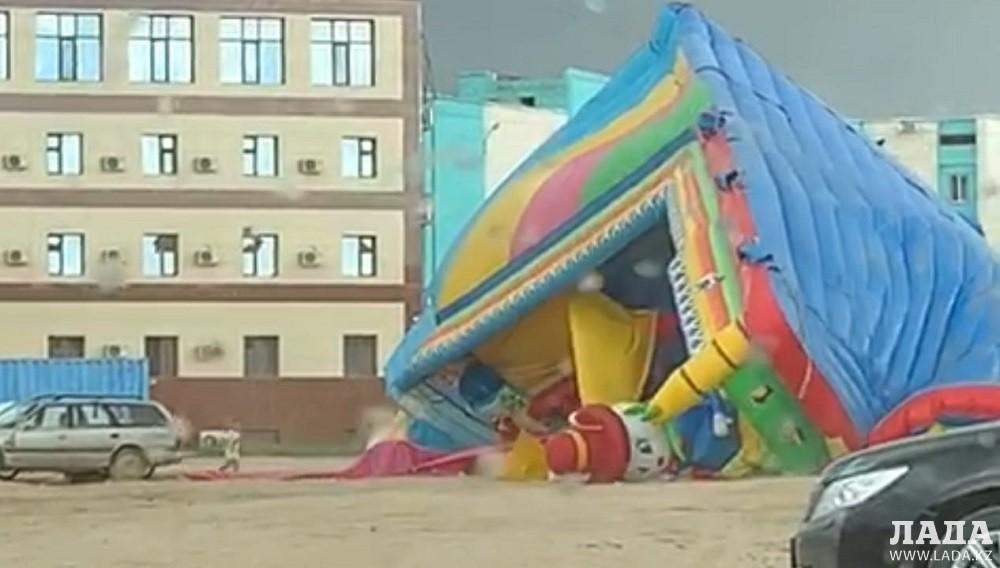 Сильный ветер сорвал батут в Жанаозене