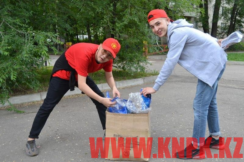 Штаб Жамбыла Ахметбекова провел уборку сквера в Алматы