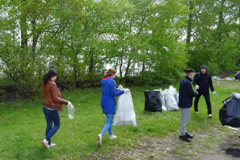 Тонну мусора собрали на берегу озера студенты в Петропавловске