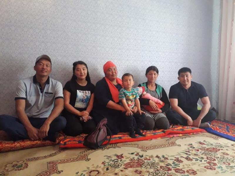 Выпускники подарили многодетной матери квартиру в Туркестанской области