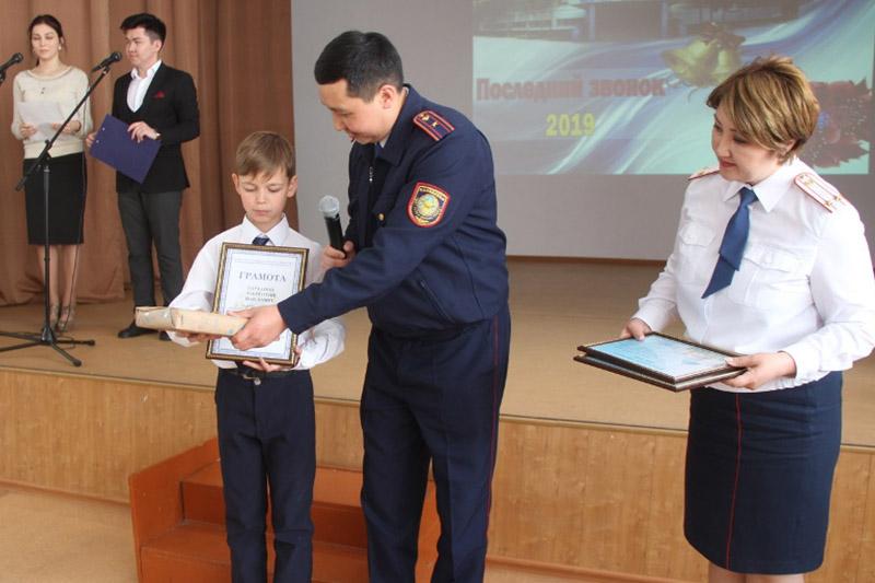 Помогавших раскрыть преступления пятиклашек наградили в Павлодаре