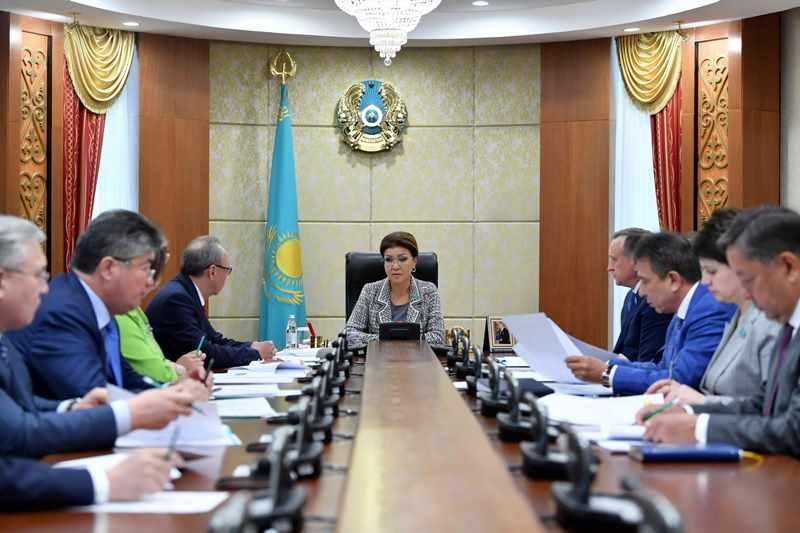 纳扎尔巴耶娃召开参议院主席团会议
